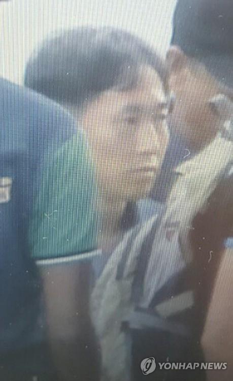 当地时间2月17日晚8时许,在雪兰莪州某公寓,嫌疑人李钟哲(音)被捕。(韩联社)