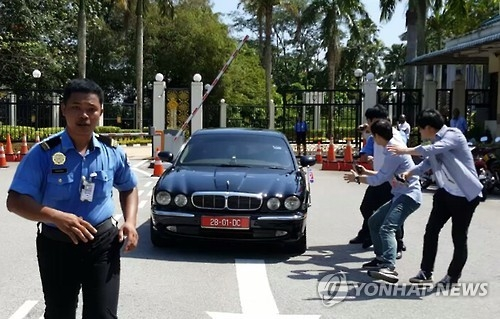 图为驶出马来西亚外交部的朝鲜大使姜哲所乘的汽车(韩联社)
