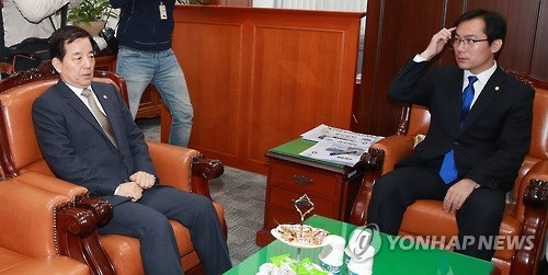 2月20日,在韩国国会,韩防长韩民求(左)出席国会国防委座谈会。(韩联社)