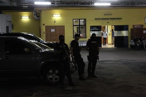 马警方特攻队持枪把手安放金正男遗体的太平间。