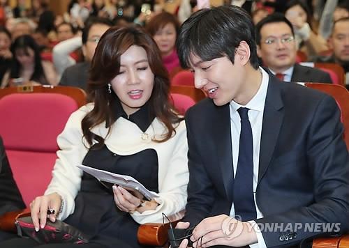 国家品牌振兴院院长(左)与李敏镐(韩联社)