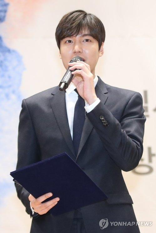 """22日上午,在位于首尔汝矣岛的国会议员会馆举行的""""2017国家品牌""""颁奖礼,李敏镐发表获奖感言。(韩联社)"""