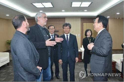 图为漫威制作团队与釜山市长徐秉洙(右)举行会谈(韩联社/釜山市提供)