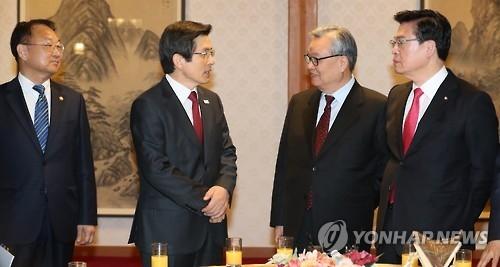 3月3日晨,在韩国总理公馆,执政的自由韩国党党首印明镇(右二)和党鞭郑宇泽(右一)与代行总统职权的韩国总理黄教安(左二)、副总理柳一镐(左一)开党政高层会议。(韩联社)