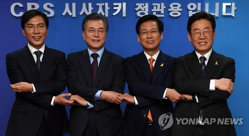 资料图片:左依次为安熙正、文在寅、高阳市市长崔星、李在明。(韩联社)