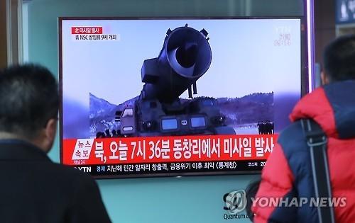 3月6日上午,在首尔站,候车旅客收看电视播发的朝鲜射导快讯。(韩联社)