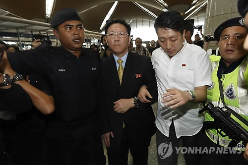 3月6日,在吉隆坡机场,朝鲜驻马来西亚大使姜哲准备离境。(韩联社/美联社)