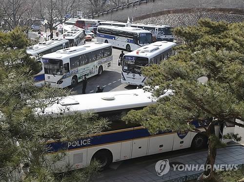 3月9日上午,在韩国首尔市钟路区三清洞,大批警车设卡堵门防止次日弹劾宣判后示威群众怀恨冲击总统府。(韩联社)