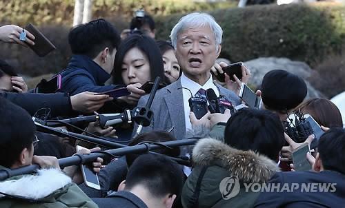 3月10日,朴槿惠代理律师团的徐锡九律师接受媒体采访。 (韩联社)