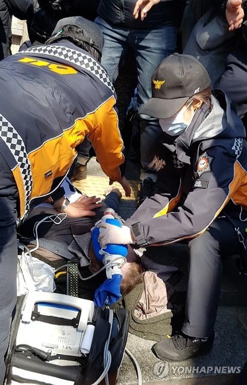 详讯:韩反对弹劾示威两男伤重不治身亡