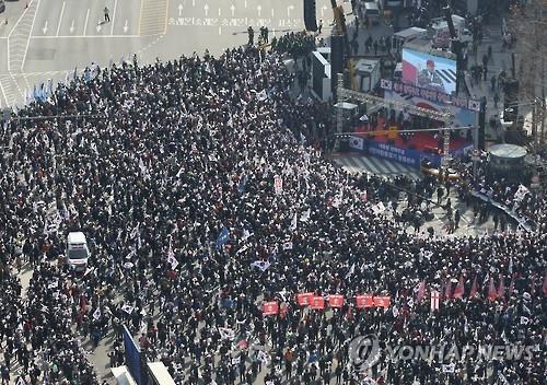 3月11日,在首尔德寿宫大汉门附近,挺朴团体举行集会。(韩联社)