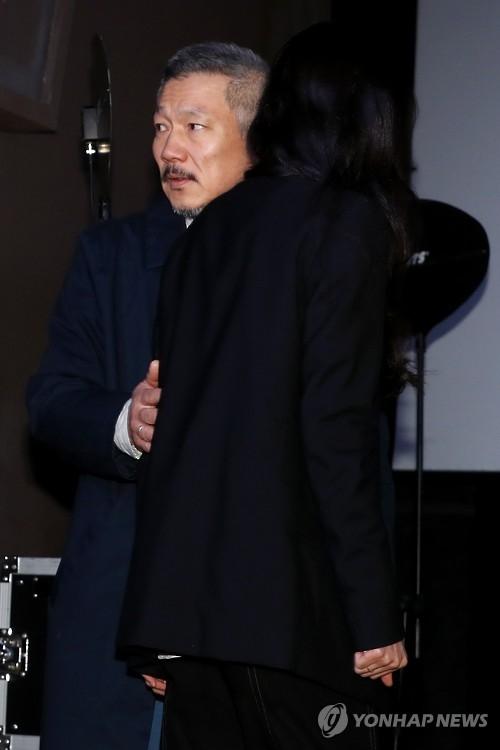 洪尚秀(左)和金敏喜