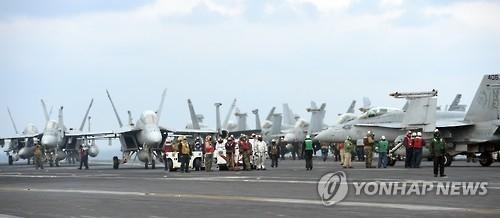 """""""卡尔·文森""""号航母甲板上停放着数十架飞机。(韩联社)"""