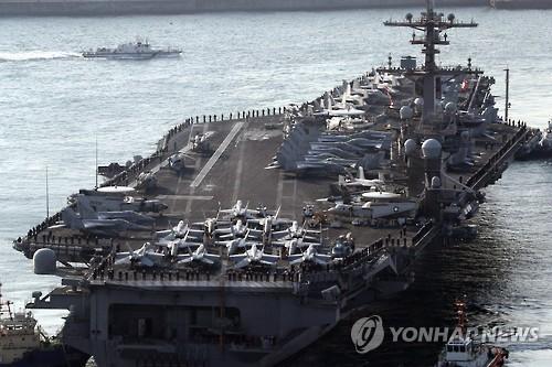 """3月15日上午,被称为""""海上军事基地""""的美国""""卡尔·文森""""号核动力航母驶入韩国釜山港。(韩联社)"""