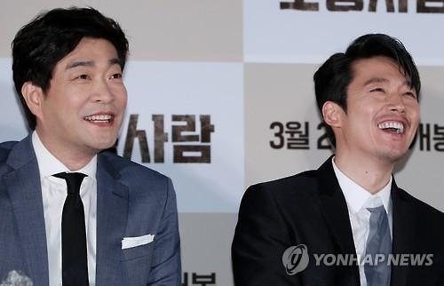 3月15日,在首尔星聚汇影城往十里店,演员孙贤周(左)和张赫出席《普通人》媒体试映会。(韩联社)