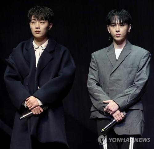 成员尹斗俊(左)和龙俊亨(韩联社)
