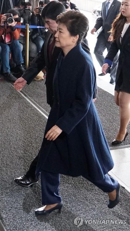 3月21日上午,朴槿惠抵达首尔中央地方检察厅。(韩联社)