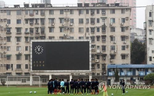 资料图片:3月20日,在湖南省人民体育中心,韩国国足球员们进行热身。2018俄罗斯世界杯亚洲区12强赛A组第二阶段的首场比赛将于23日在长沙进行,太极虎客场对阵中国队。(韩联社)