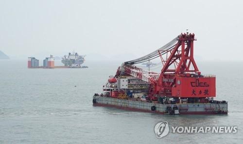 详讯:韩海水部称成功将世越号抬离海底1米