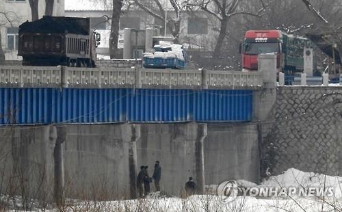 往返中国境内的朝鲜货车(韩联社)