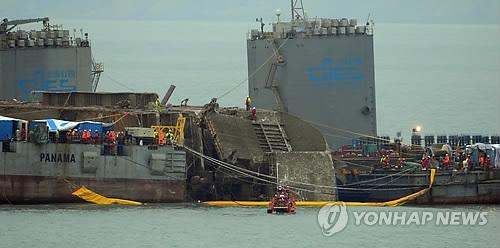 韩沉船打捞进展:趁潮差小力争今日运至浅海