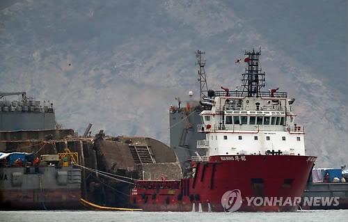 韩沉船打捞进展:即将向半潜船方向移动