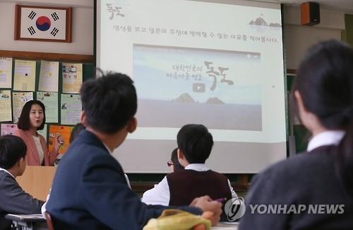 资料图片:学生们在课堂上观看独岛教育片。(韩联社)