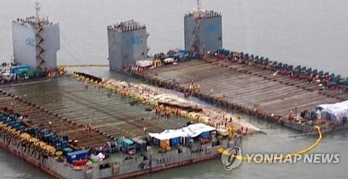 """韩""""世越""""号船体向半潜船方向移动"""