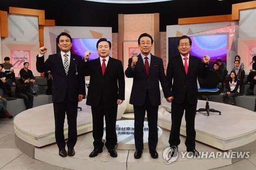 资料图片:3月26日,在首尔,执政的自由韩国党举行初选电视辩论,右一为党内选情一马当先的洪准杓。(韩联社)