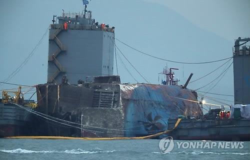 """资料图片:图中蓝色部分为露出水面的""""世越""""号船体。(韩联社)"""