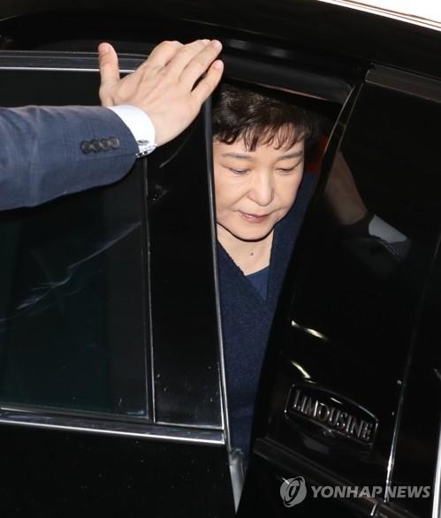 3月21日,在位于首尔瑞草区的中央地方检察厅,韩国前总统朴槿惠到案接受检方调查。(韩联社/联合摄影组)