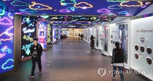 图为人迹稀少的一韩国免税店(韩联社)