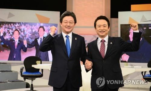 资料图片:左一为刘承旼(韩联社)
