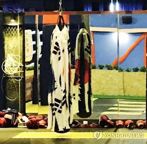 图为天津市某健身房将撕毁的太极旗挂在沙袋上。(韩联社)