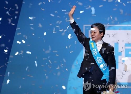 韩保守阵营正党选出总统候选人 刘承旼当选