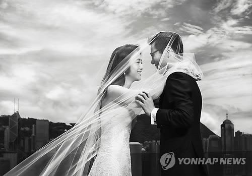 """资料图片:汤唯金泰勇婚纱照(韩联社/制片公司""""春""""提供)"""