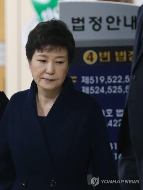 3月30日下午,在首尔中央地方法院,朴槿惠在接受逮捕必要性审查后走出法庭。(韩联社)