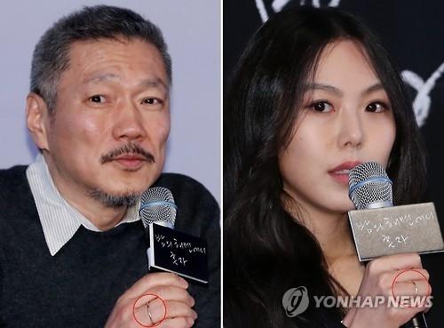 资料图片:3月13日,在首尔建大入口乐天影院,洪尚秀(左)和金敏喜回答记者提问。当天两人出席影片《独自在夜晚的海边》试映会,两人佩戴情侣戒,引人关注。(韩联社)