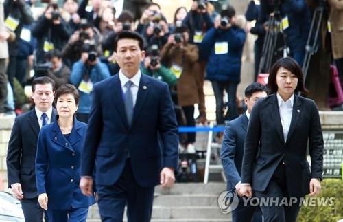 10时20分,警车开道将朴槿惠护送至首尔中央地方法院4号口。(韩联社)