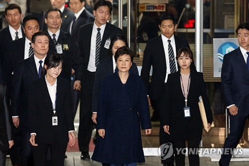 晚7时29分许,朴槿惠原路返回走出法院,仍不答话,媒体丧失在收监前让她开口的最后机会。(韩联社)