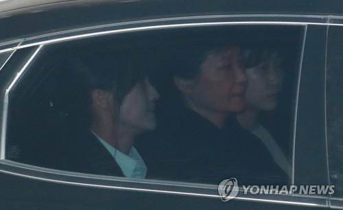 两名女侦查官押解朴槿惠乘车前往紧邻法院的首尔中央地方检察厅,并在10楼的简易看守房吃晚饭,等待结果出炉。31日凌晨3时许,法官批捕朴槿惠。(韩联社)