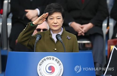 资料图片:2013年2月25日,在首尔汝矣岛国会,朴槿惠在第18任韩国总统就任仪式上行举手礼。(韩联社)