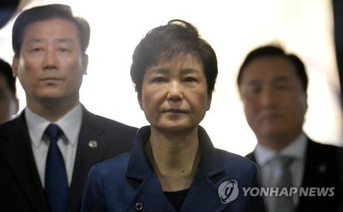 3月30日,朴槿惠(中)准备进入法庭。(韩联社)