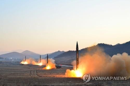 """图为3月6日""""飞毛腿""""导弹发射演习场景。图片仅限韩国国内使用,严禁转载复制。(韩联社/朝中社)"""