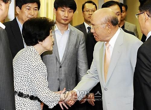 资料图片:前总统全斗焕(右二)与前总统金大中夫人李姬镐握手。(韩联社)