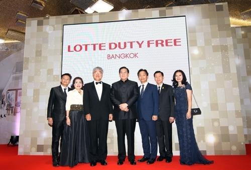 4月10日,在曼谷,泰国副总理塔纳萨•巴迪玛巴功(左四)、韩国驻泰国大使鲁光镒(左三)、等人士出席乐天免税店曼谷店项目说明会。(韩联社)