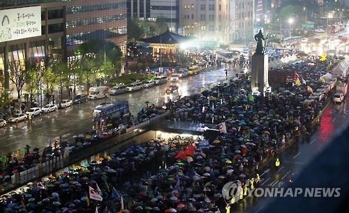 """资料图片:2016年4月16日,""""世越""""号沉船事故2周年悼念仪式在首尔光化门广场举行。(韩联社)"""