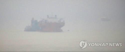 """资料图片:雨雾中的""""世越""""号沉船(韩联社)"""