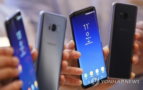资料图片:Galaxy S8系列旗舰手机(韩联社)