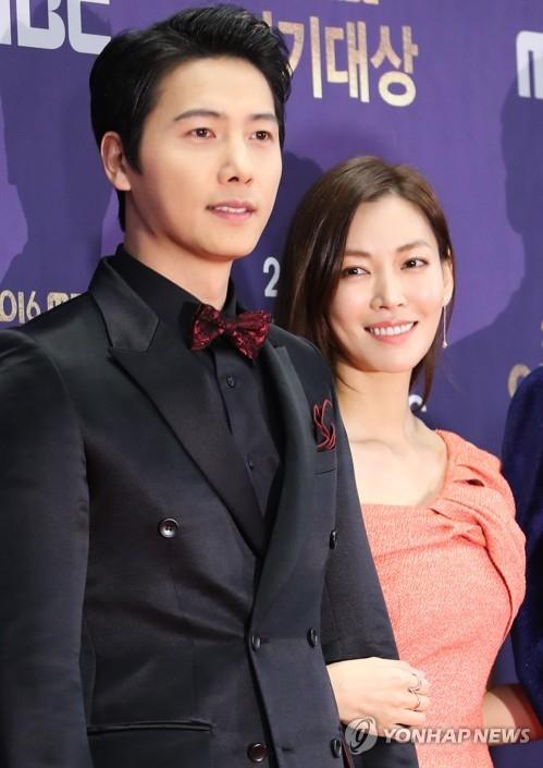 李尚禹(左)和金素妍(韩联社)